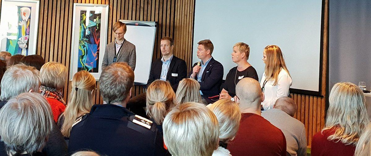 Konferansier Geir Grannes med paneldeltakere Olav Bådsvik, Jan Eskild Hollen, Mallin Østerhus og Mari Kollsgård.