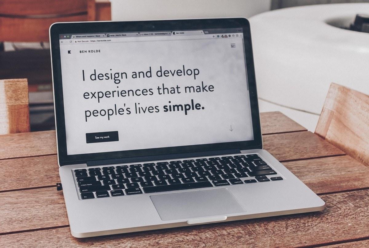 Vi designer gevinster! Mac med tekst. Foto: Ben Kolde, Unsplash