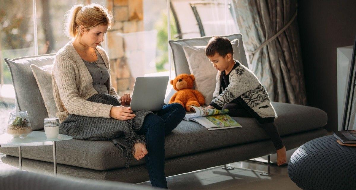 Illustrasjon -  kvinne med gutt på hjemmekontor