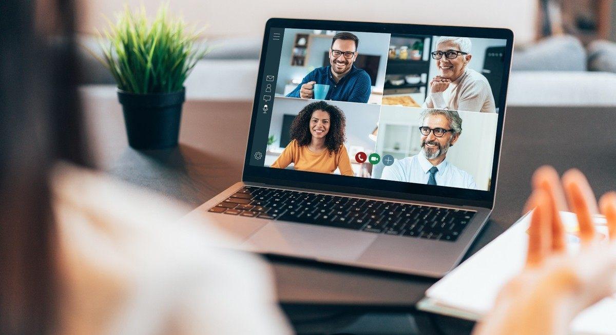 Jente som sitter i digitalt møte. Er virtuelle møter digitalisering?